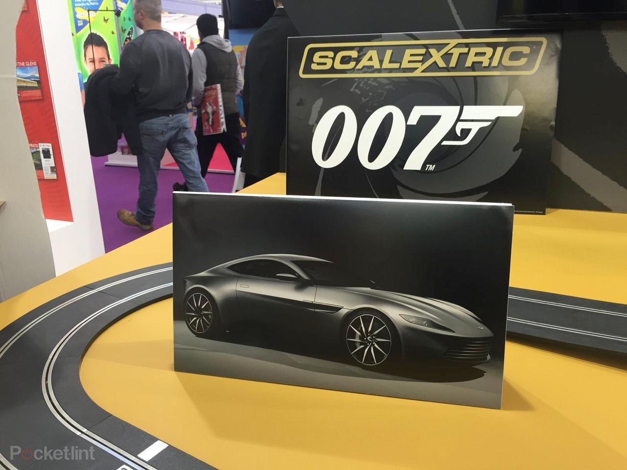 Spectre má svou autodráhu s Astonem DB10 e0d9f6bf10d