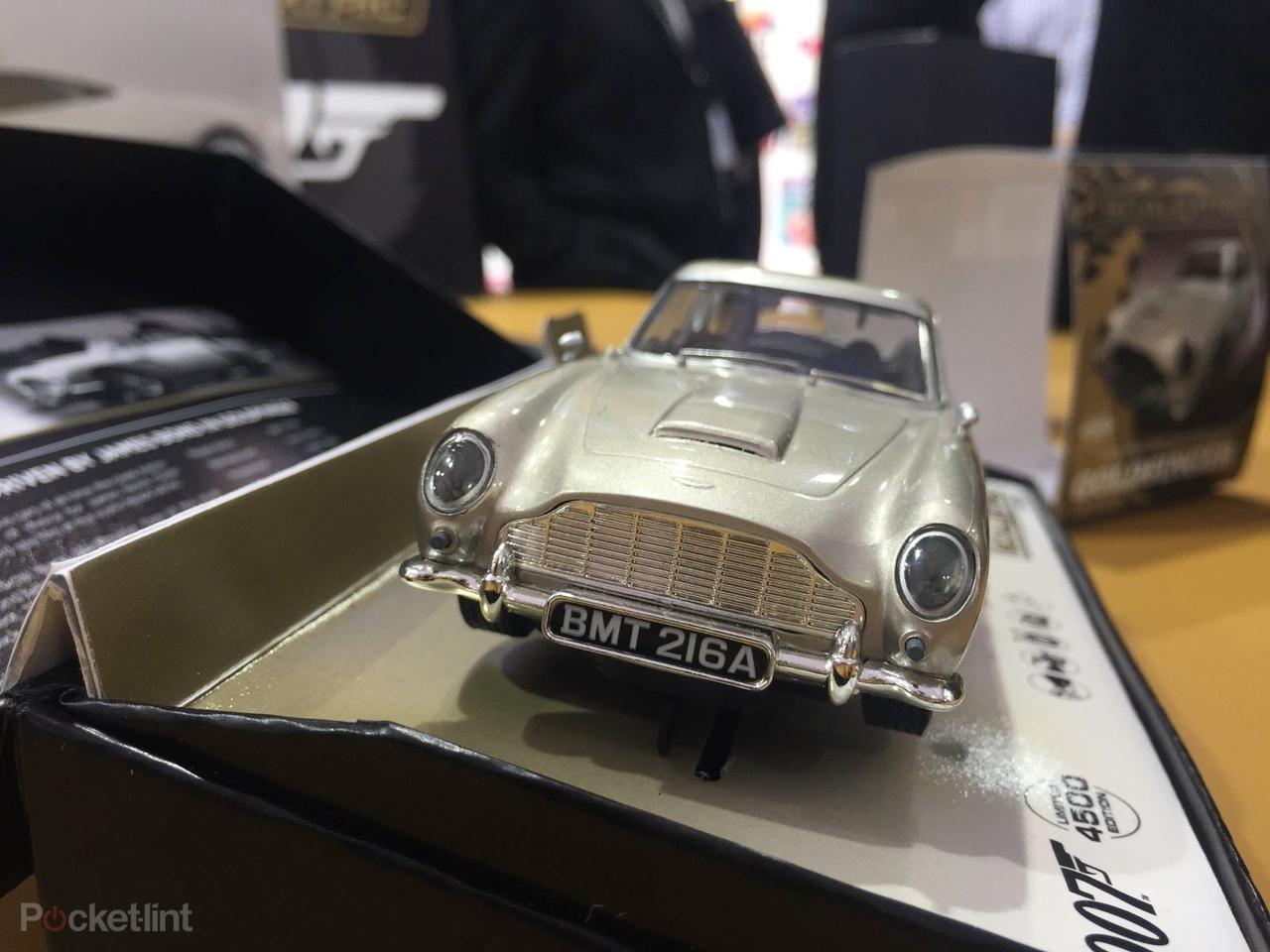 ... Bonda v Astonu Martin DB10 soupeřit s Franzem Oberhauserem v Jaguaru  C-X75. Zda se autodráha tvarem omezí na osmičku na snímcích 471f63fe080